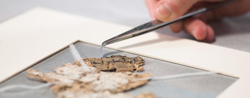 Pergament, Papyrus und Papier restaurieren und konservieren